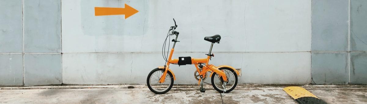 saliekams velosipeds stav pie sienas