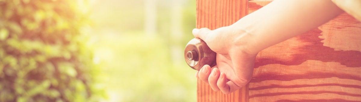 Metāla vai koka durvis - kā pieņemt pareizo izvēli